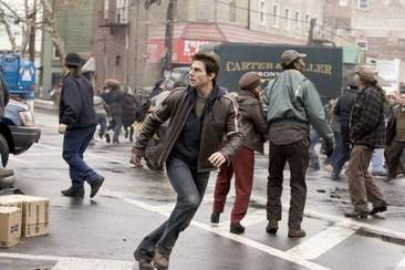 Tom Cruise very sensibly fleeing from the aliens